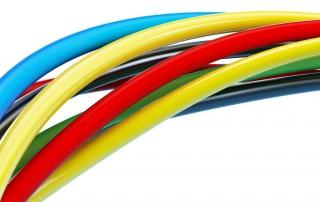mehrere Stromkabel Farben unterscheiden sich