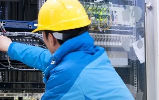 Arbeiter repariert Fehlerstrom-Schutzschalter