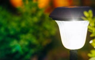 Eine leuchtende Gartenlampe