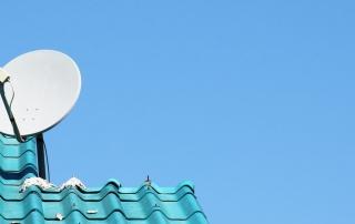 Satellitenschüssel auf türkisem Dach