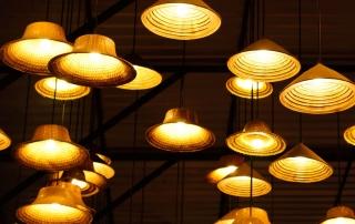 Viele Lampen hängen von der Decke